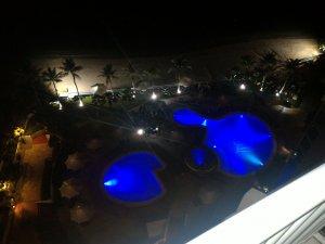 ホテルのプール(夜)
